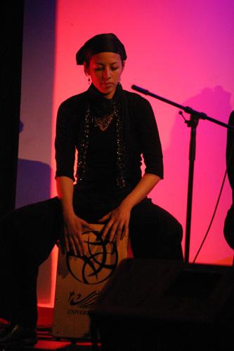 Judy Koot speelt cajón tijdens flamenco optreden